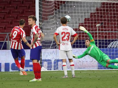 Morata supera a Reina en el penalti que abrió el marcador en el Metropolitano.