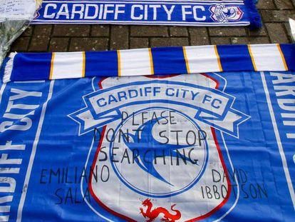 Bandera del Cardiff donde se puede leer: 'No dejen de buscar a Emiliano Sala'. En vídeo, la hermana de Emiliano Sala, en el memorial por el jugador del Cardiff desaparecido en el Canal de La Mancha.