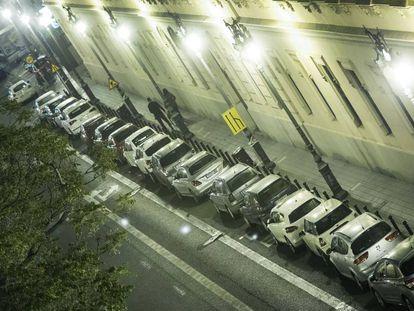 El carril bus lleno de coches en la calle de Guillem de Castro de Valencia.