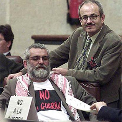 López Calvo y Ríos muestran lemas contra la guerra en la sesión de ayer.