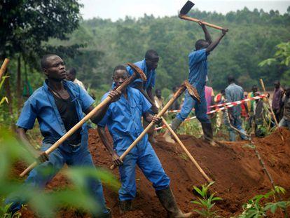 Trabajadores de la Comisión de la Paz y la Reconciliación de Burundi durante una de las excavaciones donde se han encontrado los cadáveres de miles de personas.