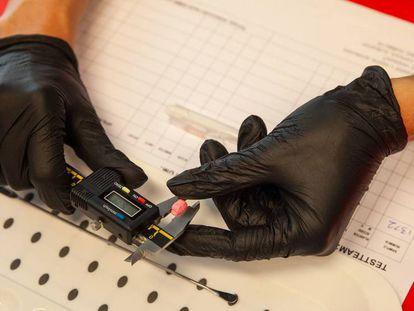 Un técnico examina una pastilla de éxtasis en el Departamento de Monitoreo de Droga del Instituto Trimbos, en Ámsterdam.