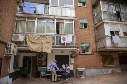 Dos hombres en un bar en Fuenlabrada en Madrid.