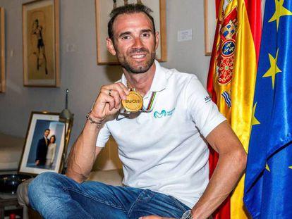 Alejandro Valverde, en la sede del Consejo Superior de Deportes. En vídeo, declaraciones del campeón del mundo a su llegada al Aeropuerto de Barajas.