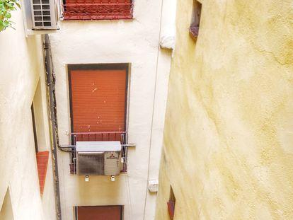 Un patio interior del centro de Madrid, con persianas cerradas en pisos que suelen alquilarse a turistas.
