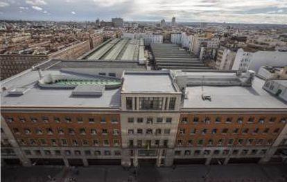 El edificio del Parque Móvil del Estado se sigue uilizando, aunque a medio gas. El Ayuntamiento de Madrid ya ha reclamado el espacio infrautilizado para viviendas sociales.