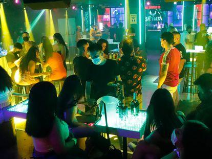 Varios jóvenes, en una discoteca de Barcelona a finales de junio.