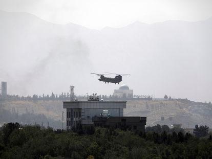 Un helicóptero Chinook sobrevuela el domingo la embajada estadounidense en Kabul.