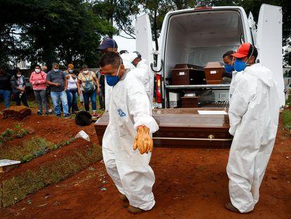 Trabajadores entierran a una víctima de la covid-19 en el cementerio Viola Formosa de São Paulo, el pasado jueves.