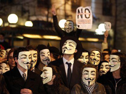 Protesta de manifestantes con la careta del grupo Anonymous en febrero del año pasado.