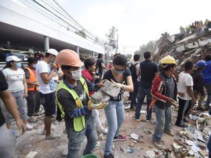 A lo largo de la avenida Insurgentes los ciudadanos colaboraron para ayudar en la tragedia