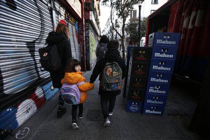 Teresa de las Cuevas, vecina de Malasaña, lleva al colegio a sus hijos Telmo, de 8 años, y Antela, de 4.