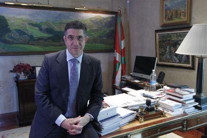El <i>lehendakari,</i> Patxi López, en su despacho oficial en Vitoria el pasado mayo.