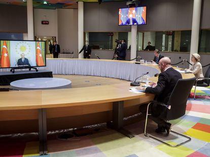 Los presidentes de la UE, Charles Michel, y la Comisión Europea, Ursula von der Leyen, en videoconferencia con Erdogan, el viernes en Bruselas.