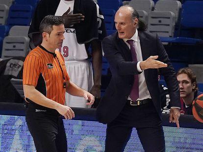 El árbitro Antonio Conde recibe las quejas de Dusko Ivanovic tras una acción. acbmedia