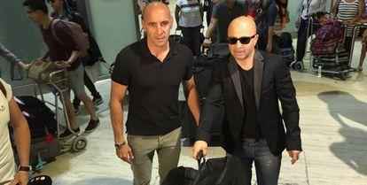Sampaoli, a su llegada a Sevilla y recibido por Monchi.