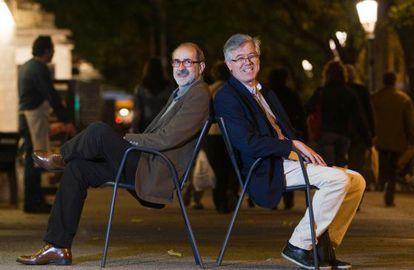 A.G. Porta (izquierda) y Gregorio Casamayor, los autores de 'Otra vida en la maleta'.