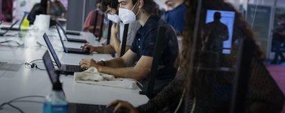 Jóvenes trabajando con ordenadores portátiles durante la pandemia de la Covid-19