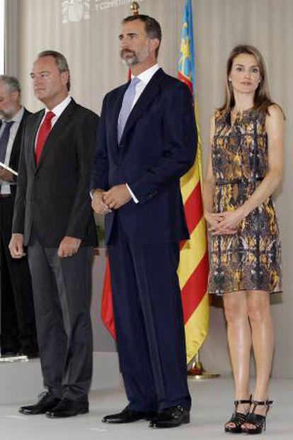 Los Príncipes de Asturias, acompañados por el presidente de la Generalitat, Alberto Fabra (i), presiden la entrega de los Premios.