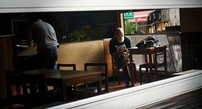 """""""Hay zonas de Montevideo en las que solo es Montevideo por las mañanas y a la hora de comer. Luego se convierten en otra ciudad en la que siempre es domingo por la tarde"""", opina Juan José Millás. En la imagen, el bar Los Beatles."""