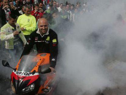 Un motero quema rueda en el centro de Jerez, donde se celebra el Gran Premio de España de Motociclismo.
