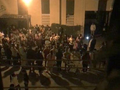 18/03/20. Captura de video del culto evangélico convocado en la calle en el barrio sevillano de Las Tres Mil Viviendas