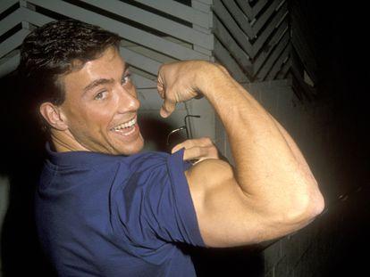 El actor Jean-Claude Van Damme enseña uno de sus grandes talentos (su musculado bíceps) en octubre de 1990 en West Hollywood, Los Ángeles.