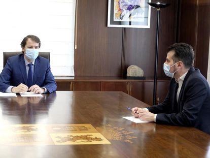 El presidente de la Junta de Castilla y León, Alfonso Fernández Mañueco, y el líder socialista, Luis Tudanca, durante la reunión de este miércoles.