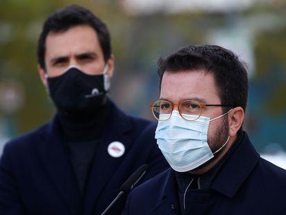 El candidato de Esquerra, Pere Aragonès (derecha), junto a Roger Torrent, presidente del Parlament.
