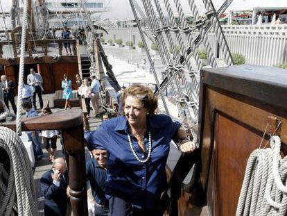 La alcaldesa de Valencia, Rita Barberá, sube al galeón La Pepa.