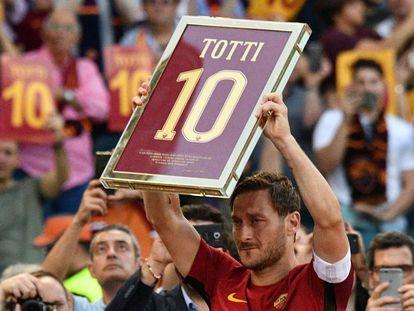 Francesco Totti, emocionado durante su despedida en el estadio de la Roma.