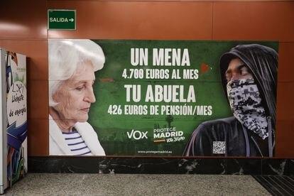 Cartel electoral de Vox en la estación de cercanías de Sol.