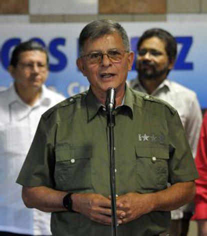 El jefe guerrillero Rodrigo Granda habla hoy con la prensa.