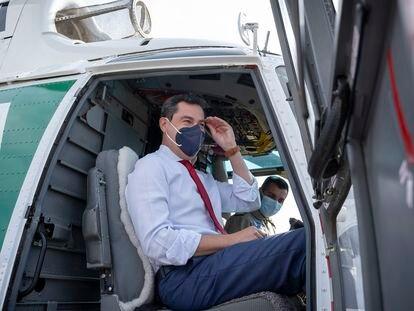 El presidente de la Junta de Andalucía, Juan Manuel Moreno, a bordo de uno de los helicópteros del Infoca.