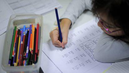 Una niña realiza sus tareas de Matemáticas en el centro Martí-Codolar de Barcelona