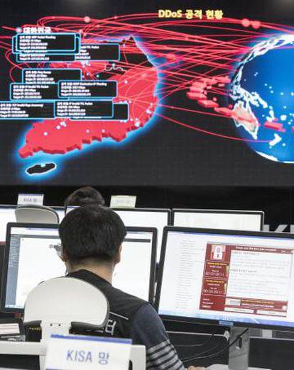 Una pantalla en la Agencia de Seguridad e Internet de Corea, en Seúl, muestra la expansión del virus WannaCry, hoy lunes.