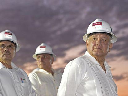 El presidente de México, Andrés Manuel López Obrador, en una planta de Pemex a principios de 2020.