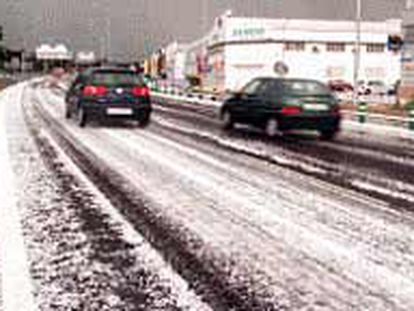 La calzada de la carretera cubierta de granizo, ayer en Manises, en el área metropolitana de Valencia.