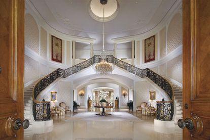 El recibidor de la casa de más de 5.000 metros cuadrados comprada por Petra, la hija de Bernie Ecclestone.
