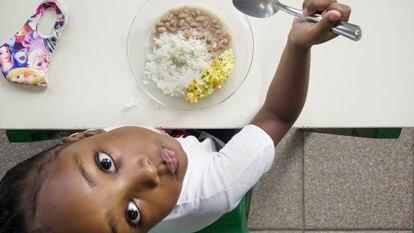 Un mes después de la reapertura, el Ayuntamiento de São Paulo ordenó otra vez el cierre de los centros de enseñanza ante el inminente colapso de la red de hospitales de la ciudad. Siguen abiertos solamente para dar de comer a sus alumnos más humildes. Pincha en la imagen para ver la fotogalería completa.