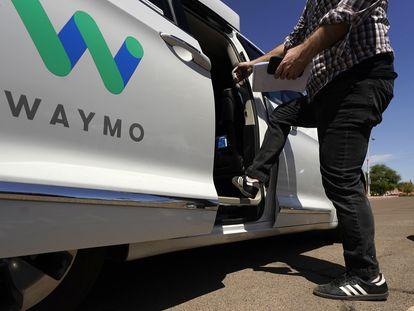 Minivan de Waymo (Alphabet) en la localidad de Mesa, en Arizona, el 16 de junio.