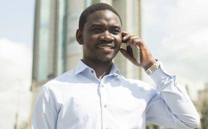 Un ejecutivo habla por teléfono frente a un emblematico edificio de oficinas en el barrio de Kilimani, en Nairobi (Kenia)