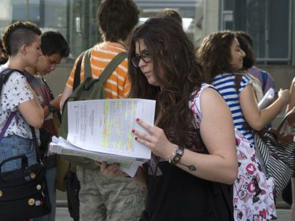Estudiantes en la Universidad Politécnica de Valencia minutos antes de comenzar las pruebas de selectividad.