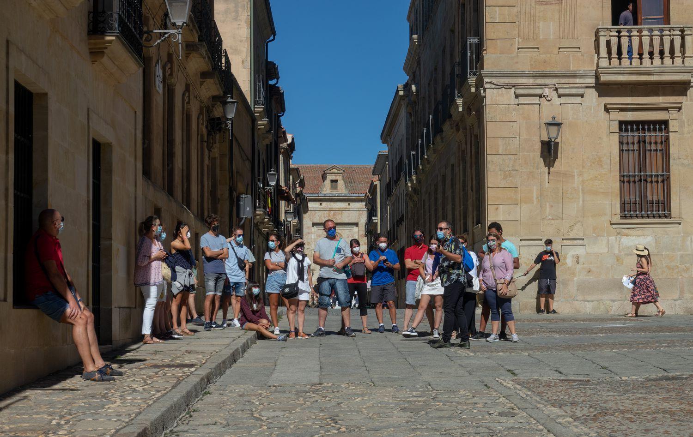 Un grupo de turistas pasea por Salamanca, la semana pasada.