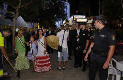 Policías de uniforme y de paisano patrullan el recinto ferial donde se celebran las fiestas.