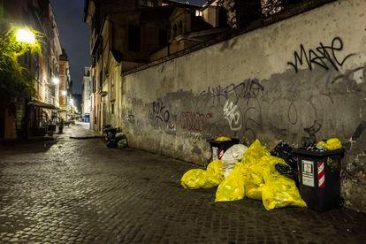 Vista nocturna de una calle de Roma.