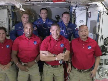 De izquierda a derecha, Shannon Walker, Victor Glover, Mike Hopkins y Soichi Noguchi, con la tripulación de la Estación Espacial Internacional.
