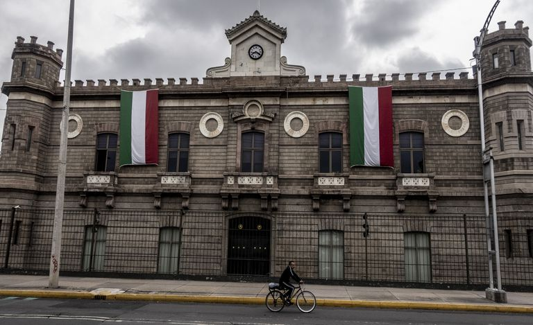 Vista de la fachada principal del Archivo General de la nación ubicado en Ciudad de México.