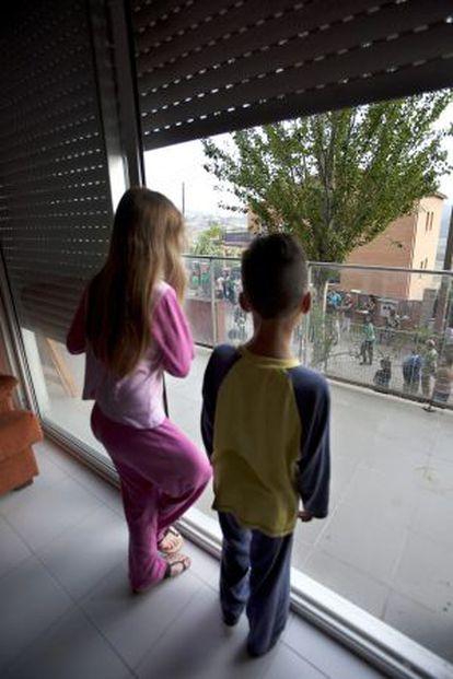 Los hijos de Eva María aguardan la comitiva judicial el pasado jueves.