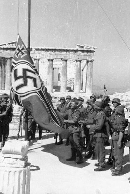 Las tropas alemanas izan la bandera de la esvástica en la Acrópolis de Atenas, en 1941.
